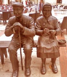 Escultura pareja de ancianos, Burgos