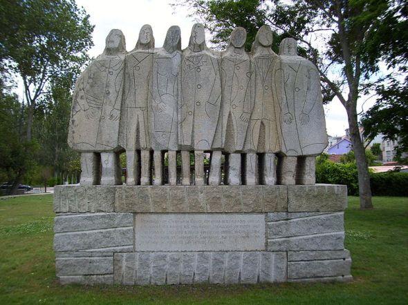 Por Vilachan (Trabajo propio) [CC BY-SA 3.0], Monumento aos emigrantes no Porto de Santa Cruz (Oleiros). Deseño de Luís Seoane.